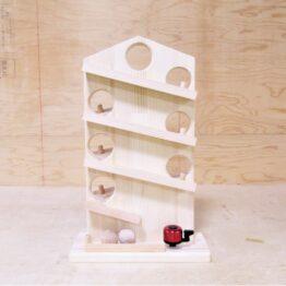 手作り木製のクーゲルバーンです。木のボールをてっぺんからころがし、最後にベルにあたり「チーン」と鳴ります。