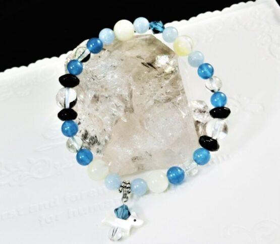 犬を形どった天然石が飾りについてあるブルーを基調とした天然石ブレスレット